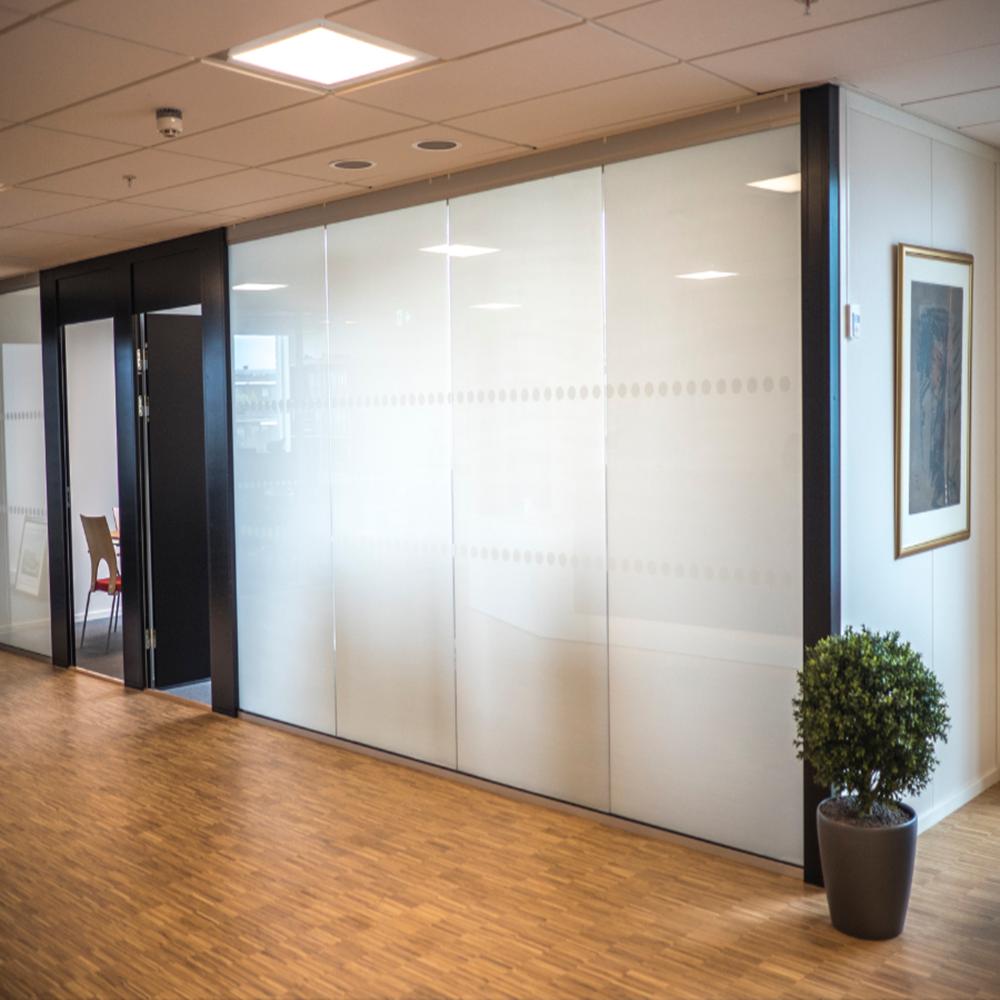 Качественное смарт-стекло для рекламных витрин от производителя